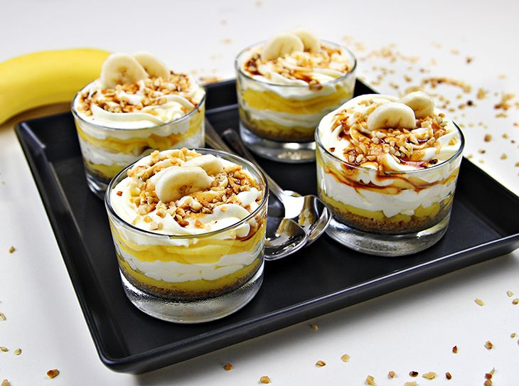 Coppette con crema pasticcera, crema chantilly e banane fresche