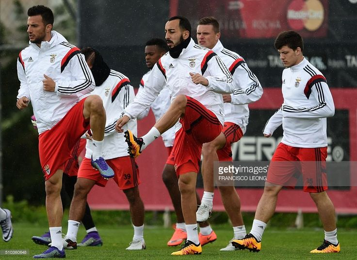 Benfica's Greek midfielder Adreas Samaris (L) and compatriot forward Konstantinos Mitroglou (C) take part in a training session at Benfica's training camp in Seixal, outskirts of Lisbon, on February 15, 2016, on the eve of the UEFA Champions League round of 16 football match SL Benfica vs FC Zenith. / AFP / FRANCISCO LEONG
