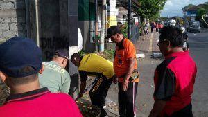 Ajak Masyarakat Hidup Sehat Polsek Denbar Polresta Denpasar Laksanakan Jumat Bersih