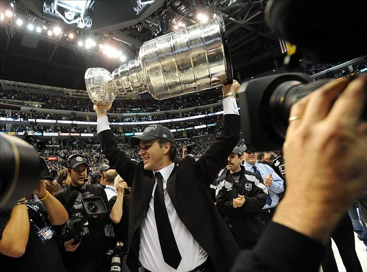 Kings' Luc Robitaille to Be Honored with Staples Center Statue - http://thehockeywriters.com/kings-luc-robitaille-honored-statue/
