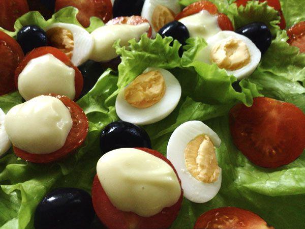 Вся прелесть приготовления майонеза в домашних условиях состоит в точном соблюдении технологии. Майонез состоит из яичной смеси и оливкового масла, но масло нужно добавлять буквально по капле, тщательно вымешивая соус каждый раз. Такая технология обеспечивает создание эмульсии — крохотные частички масла оказываются окружёнными яичной смесью. В результате на Ваших глазах две жидких составляющих — яйца и масло — превращаются в густой-густой, пластичный соус.Процесс превращения настолько…
