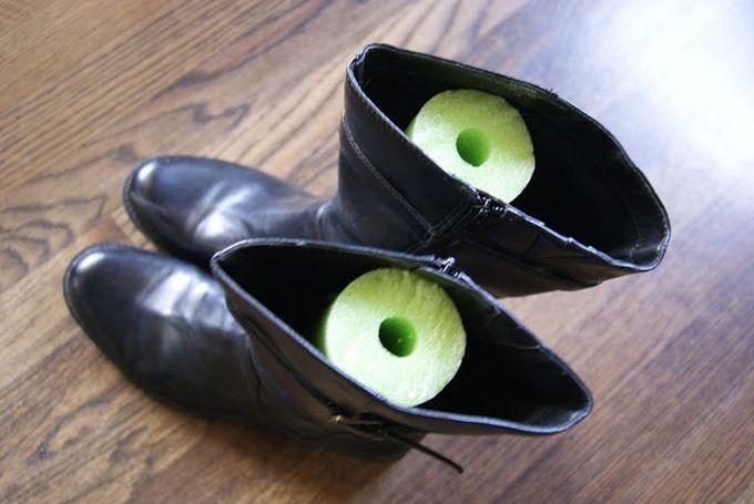 Coloque pedaços de isopor de piscina, famoso macarrão, dentro do par de botas para mantê-las de pé