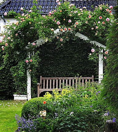 romantisk trädgård | Inte minsta planta trampades ner försäkrar hon. Bågarna med rosor ...