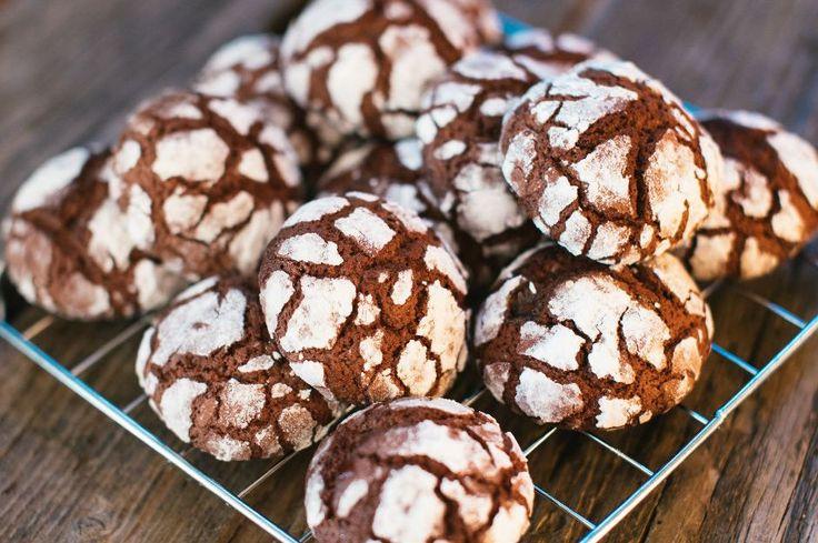 Yapımıyla, görüntüsüyle, tadıyla şahaneliğin sınırlarını zorlayan kakaolu çatlak kurabiye tarifi. Denemeyen, tatmayan kalmasın.