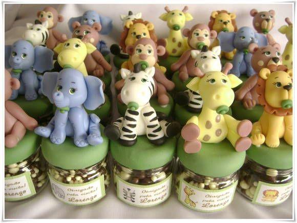 Lembrancinha Safari <br>Mini potinho com bichinhos do safari decorado na tampa. <br>Acompanha tag adesivo personalizado com nome e idade. <br> <br>Pedido m�nimo de 10 pe�as. <br>(n�o incluso recheio)