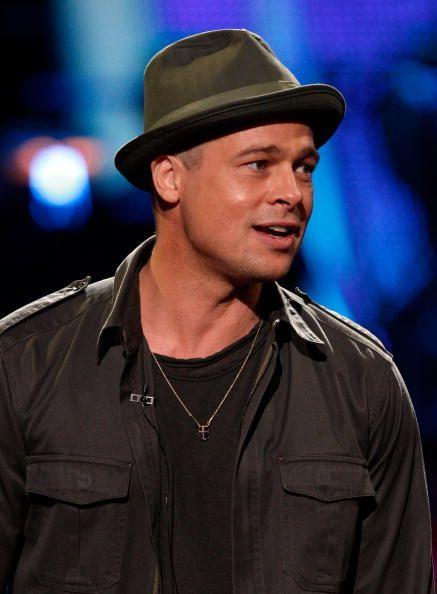 Muchos artistas los usan con mucho estilo y algunos hasta los coleccionan. Entre las celebridades masculinas que se ponen sombreros estánlos reconocidos y talentososBrad Pitt y Johnny Deep.