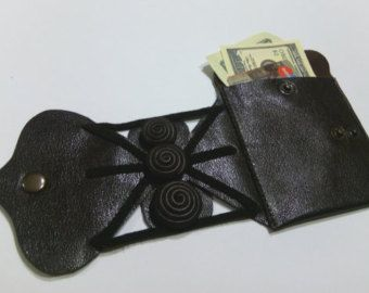 Deze leer zwart portemonnee is uniek cadeau voor mannen. Hebt u een actief leven, dan de pols portefeuille geschikt voor uw reizen, vakantie, party, sport. Lederen geheime portemonnee zullen een exclusief geschenk voor uw vrienden die reizigers, sporters, dansers zijn...  Portemonnee is ontworpen voor het opslaan van geld, ID, creditcards, toetsen.  Reizen portemonnee is geschikt voor mannen en vrouwen.  De order wordt verzonden in de gift wrap.  Originele pols portefeuille is gemaakt met…