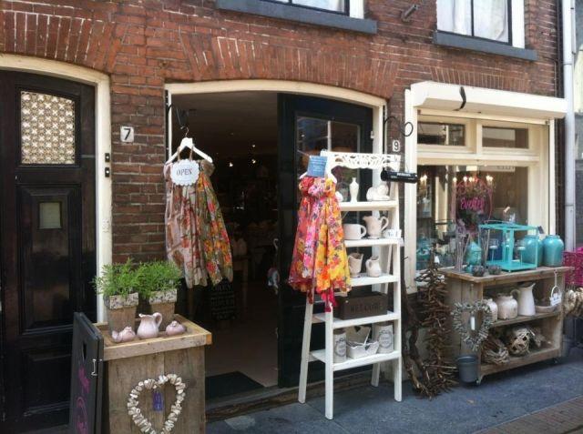 Evelief - Unieke winkeltjes Het liefste winkeltje van Deventer! Wij zijn lief in woondecoratie, lifestyle, cadeau-artikelen, thee, sjaals & tassen. Openingstijden di. t/m vr. 10-18, do. tot 21, za. 10-17 uur Evelief Nieuwstraat 9 7411LE Deventer