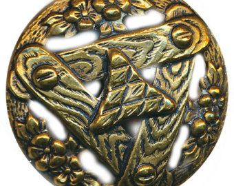 Botón de latón antiguo Art Nouveau abrir por KennebecTrading