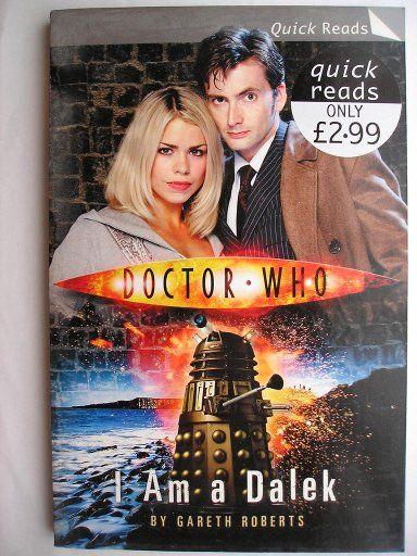 """Il romanzo breve """"I am a Dalek"""" di Gareth Roberts è stato pubblicato per la prima volta nel 2006. È inedito in Italia. Ha come protagonisti il Decimo Dottore e Rose Tyler. Immagine di copertina della BBC e di Terry Nation per il Dalek. Clicca per leggere una recensione di questo romanzo breve!"""