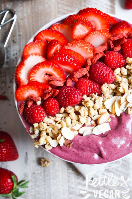 Peanut Butter + Berry Acai Bowl! A copycat of Nekter's PB Bowl- but healthier, cheaper, and made right at home. (vegan + GF)