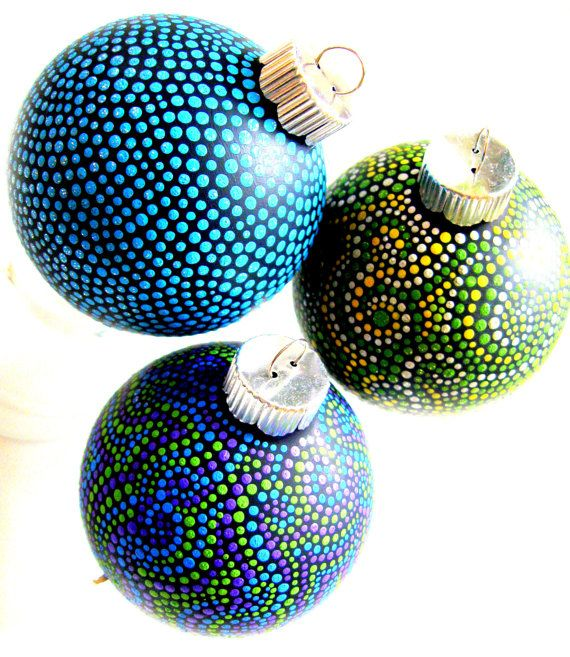 Christmas ornaments with hand-painted dots: Glasses Ornaments, Gifts Ideas, Inexpensive Gifts, Paintings Ornaments, Hands Paintings Dots, Christmas Ornaments, Paintings Pens, Diy Christmas, Crafts