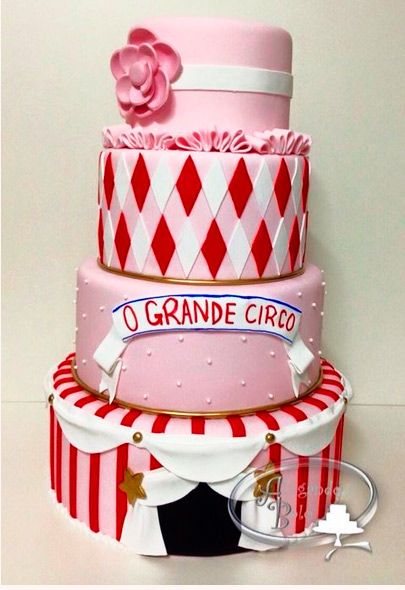 Espetáculo de bolo circo para meninas 4 andares em biscuit e puro charme. A base tem 34cm de diâmetro e o bolo tem 52cm de altura.
