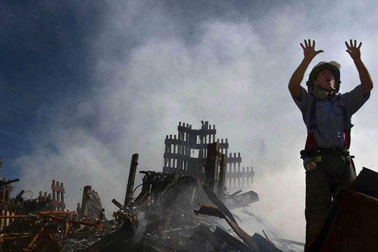 Bombeiro solicita mais equipes de resgate durante o trabalho de busca por sobreviventes dos ataques ao World Trade Center. Na manhã do dia 11 de setembro de 2001, dois aviões comerciais (Voos 11 da American Airlines e 175 da United Airlines) foram sequestrados no Aeroporto de Boston por terroristas da Al Qaeda, e instantes depois atingiram intencionalmente as duas torres do maior complexo comercial do planeta
