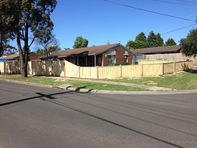 Paling front feature fence with exposed posts, points and capping. Styles of fences. Corner block