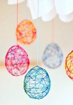 Uova a rete con fili colorati per decorare la tavola di Pasqua