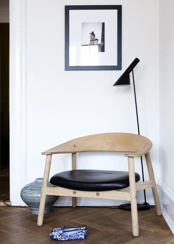 Evergreen di design nordico: lampada Aj di Arne Jacobsen e sedia di Carl Hansen & Son.