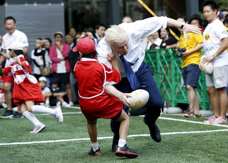 15.10 Boris Johnson, le maire de Londres, a participé, en sportif aguerri, à une petite rencontre de rugby avec des écoliers lors d'une visite à Tokyo. Il y a mis peut-être un peu trop d'engagement.Photo: Reuters/Issei Kato