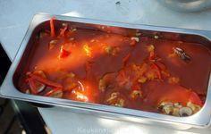 foe yong hai  12 eieren 50 g champignons, in plakjes 25 g bamboe spruiten uit een blik,  50 g wortel, geraspt 1 rode paprika, ontzaad en in smalle repen gesneden 1 el selderij, fijngehakt 1/2 prei (alleen het witte gedeelte), goed gewassen en gedroogd en in smalle ringen gesneden Voor de saus 1/2 ui, fijngesnipperd 1 teen knoflook, fijngehakt 400 ml ketchup 400 ml water 4 gepelde tomaten uit blik, vocht eruit geknepen en grof gehakt 75 ml azijn 3-4 el bruine basterdsuiker Maizena