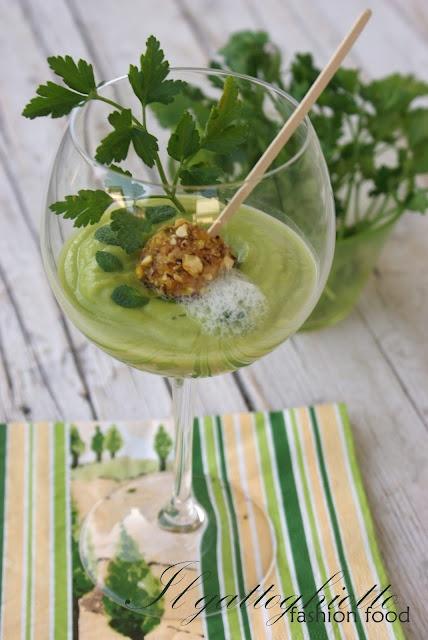 Boule croccanti di gamberi e pistacchi su vellutata di avocado alla mentuccia e aria di prezzemolo al limone