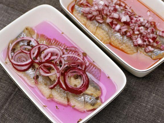 Marinierter Matjes ist ein Rezept mit frischen Zutaten aus der Kategorie Meerwasserfisch. Probieren Sie dieses und weitere Rezepte von EAT SMARTER!