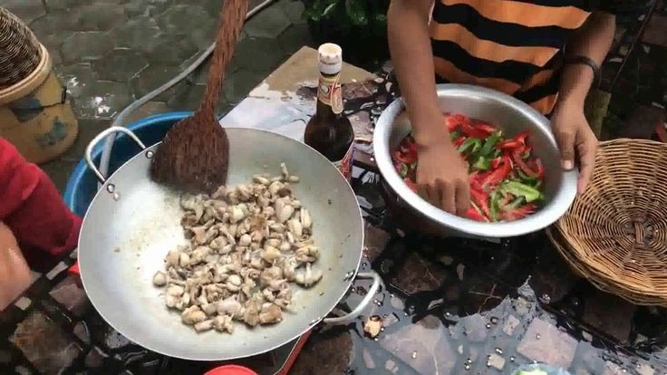 Mira cómo estos niños preparan sus alimento con sapos y ranas.soup of fr...