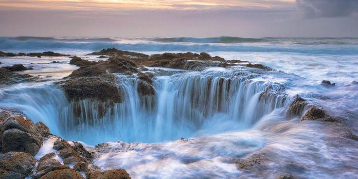 El pozo de Thor, ubicado en la costa del estado de Oregón, podría describirse como impresionante, misterioso e indiscutiblemente hermoso. Este singular hueco puede resultar traicionero si se visita justo en el momento más espectacular para verlo, cuando la marea está alta