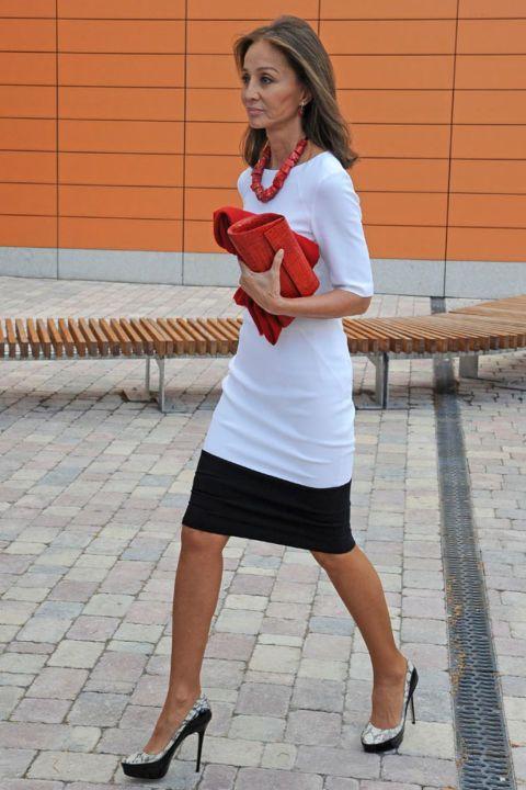 En junio del 2013, Isabel Preysler acudió al acto de graduación de su hija Ana Boyer. La joven se licenció en Administración y Dirección de Empresas por la Universidad de Comillas.  Su madre, Isabel, fue marcando estilo con un sencillo vestido en color blanco y negro, combinado con unos zapatos del mismo tono y, como complementos, un bolso y un collar de tono rojo.  Sin duda, Isabel siempre ha estado entregada a su familia, su marido y sus hijos.