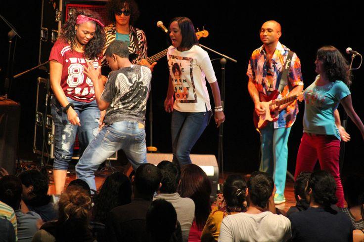El público de Medellín gozando con LMK.