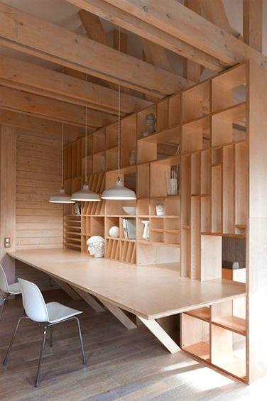 Le duo d'architectes russes du studio Ruetemple a métamorphosé un garage en un spacieux et lumineux studio aménagé sur mesure pour une étudiante en architecture. Les rayonnages en bois y créent un environnement propice à la créativité. ...
