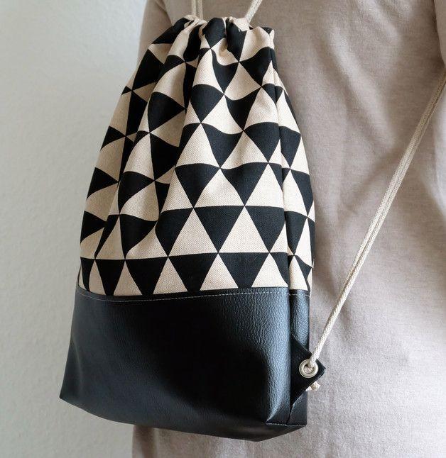 Stylischer Turnbeutel aus Leinen und Kunstleder mit Dreieck-Print/ modern gym bag with triangles in black and white made by Glückssachen via DaWanda.com