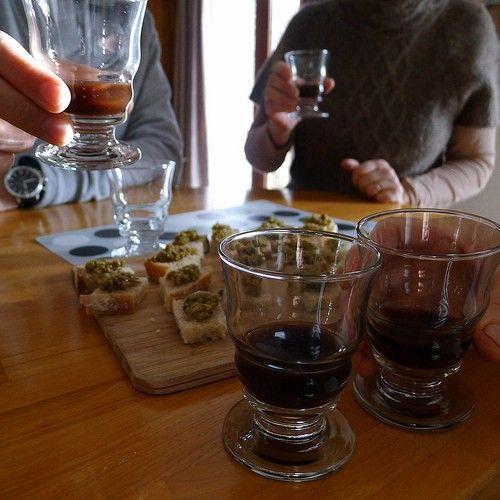 Une recette facile de vin de noix à faire à la maison de mi-juin à fin juillet
