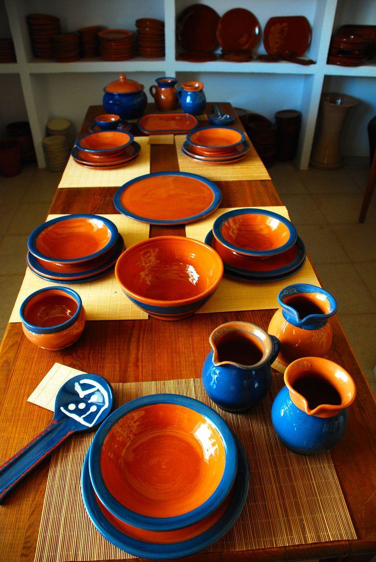 Vajilla de barro en engobes de color azul alfarer a for Vajilla ceramica