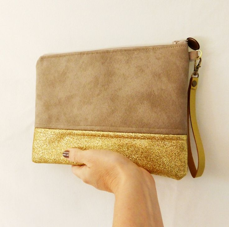 pochette simili cuir beige avec tissu glitter doré et médaillon : Sacs à main par chatelaine-factory