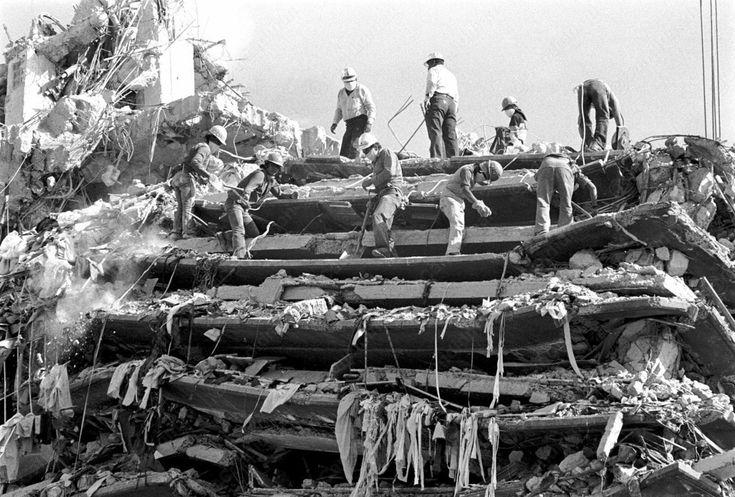 #Fogaleria del #Terremoto en #Mexico el #19DeSeptiembre de 1985... vía @candidman #Blog A 29 años del trágico suceso que marcó y dejó cicatrices imborrables tanto en la #CiudadDeMexico como en sus habitantes, una colección de #Fotos que describen gráficamente la magnitud de la tragedia y reflejan la #Solidaridad que en aquel entonces emanó de todos y cada uno de los sobrevivientes del #Sismo1985 que sorprendió a propios y extraños.