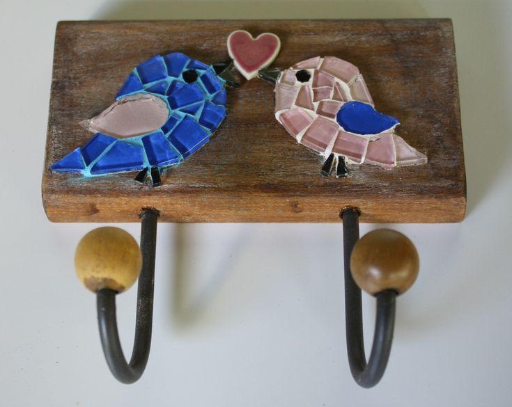 Cabideiro em madeira maciça, com mosaico feito em pastilhas de vidro e coração em cerâmica japonesa.  Vem com dois ganchos de ferro com bolinhas de madeira. Ideal para organizar bolsas, roupas, capas de chuvas, toalhas...    Tamanho: 17 cm de largura x 18 cm de comprimento.