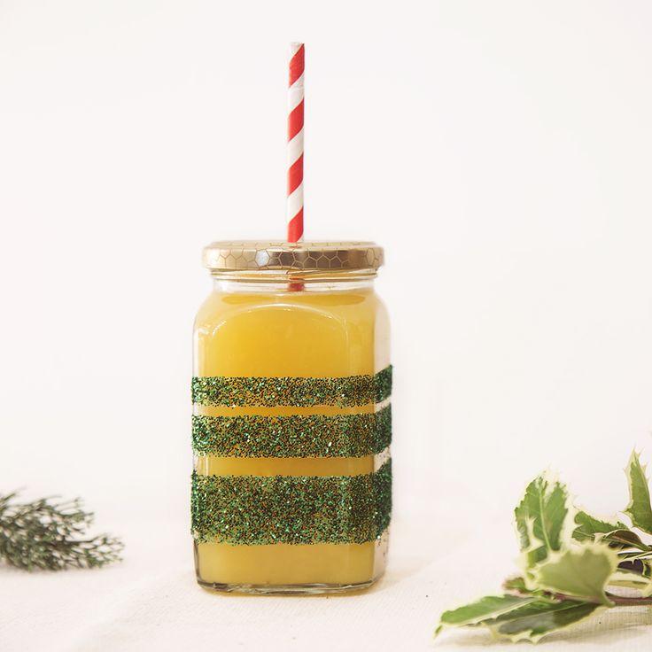 Vasetto in vetro decorato con glitter.  http://dilycious.com/fai-da-te-vasetto-di-vetro-con-glitter/