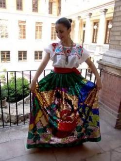 La ropa tradicional para Puebla. Llevas cuando tú bailas o para las fiestas. Llevas a una fiesta en Puebla.