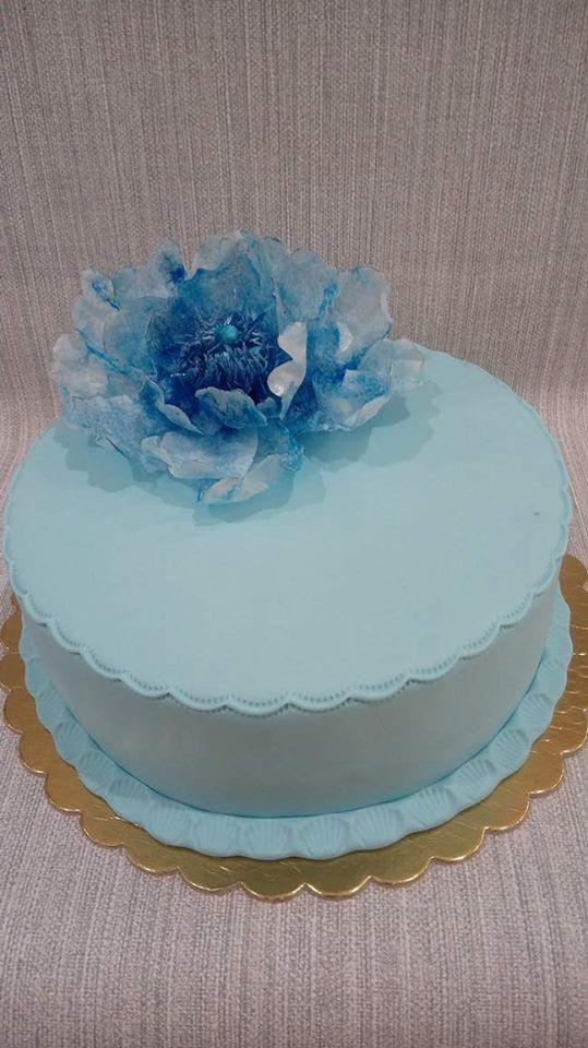 Tort w kolorze blue z kwiatem z papieru jadalnego