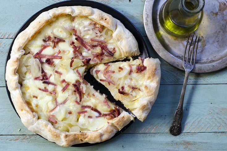 Con la torta rustica patate speck e scamorza portate in tavola un piatto unico di grande sostanza e dagli ottimi profumi e sapori.