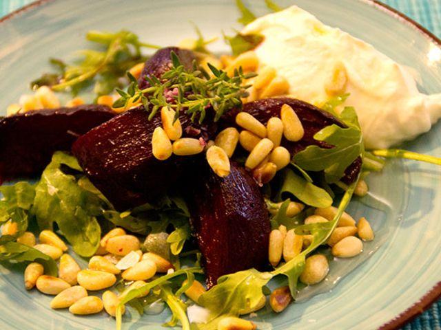Timjanrostade rödbetor med chèvrecrème, pinjenötter och rucola (kock Elin - Visby)