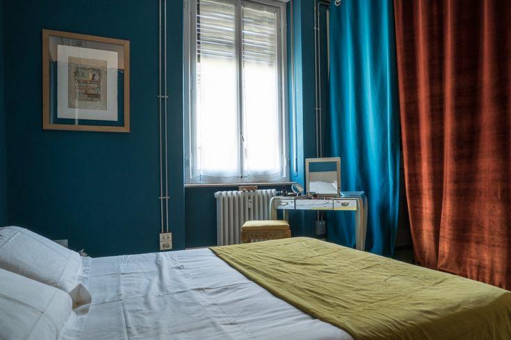 En casa de la arquitecto marisa coppiano en torino.   #artista #collage #arquitectura #interiordesign #escultura #tocador #lampara #espejo #color #pintura #decorado #terciopelo #cortina #tende #letto
