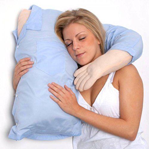 Per garantire alle donne solo abbracci e coccole più che virtuali, una coppia di intraprendenti britannici ha messo in vendita un fidanzato-cuscino, in grado di assicurare morbidi abbracci notturni.