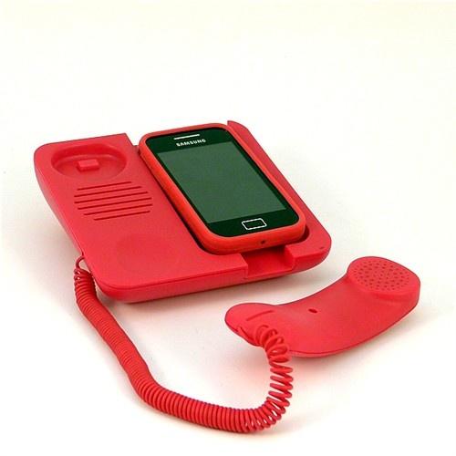 Se trata de un pequeño y divertido teléfono por el que podrás hablar y escuchar a quien te llama de una forma mucho mas cómoda.    Solo tienes que poner tu teléfono sobre el soporte y conectar el cable (incluido)a la salida de audio de tu móvil (sirve para todas las marcas)y eso es todo.