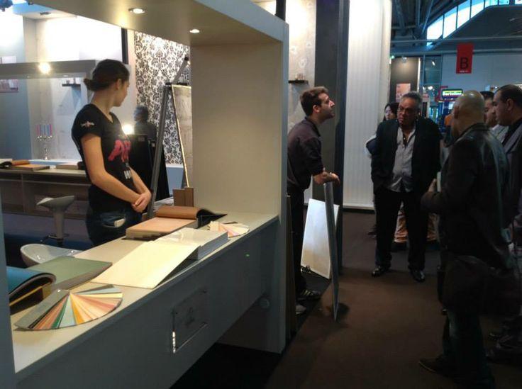Tante domande per Paolo durante la dimostrazione della stesura di Segui il Tuo Istinto. #design #interiors #heimtextil #design