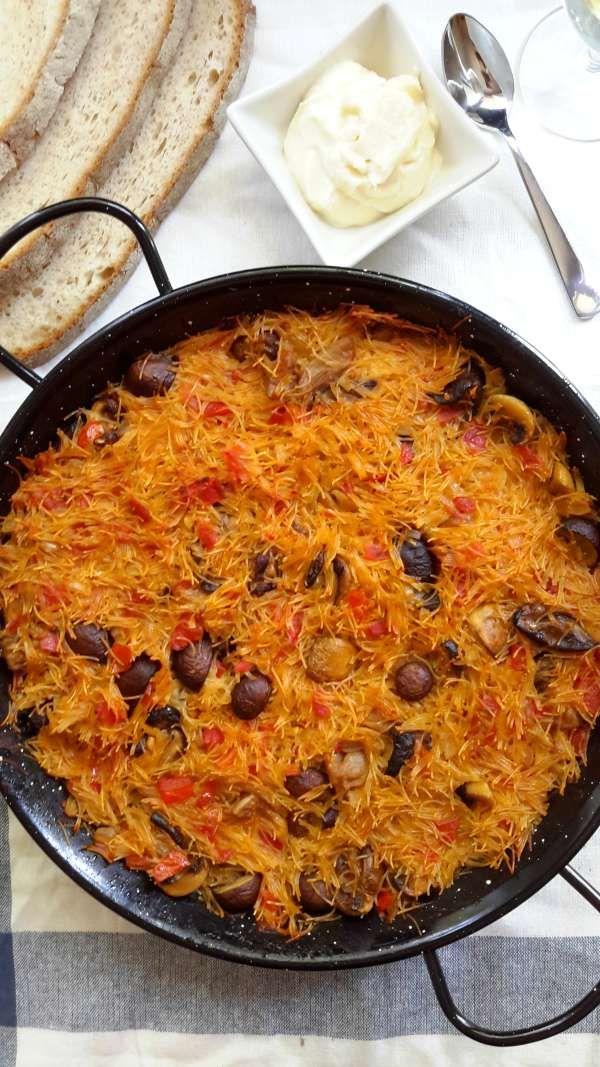 El Fideuá se suele preparar con mariscos. Esta receta vegana se prepara con setas mixtas y un caldo hecho muy sabroso con un ingrediente sorprendente.