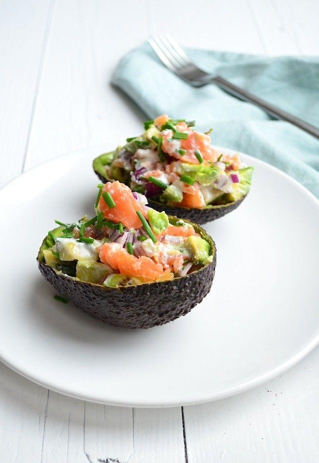 abacate recheado com salmão fumado e crème fraîche, uma entrada light e deliciosa