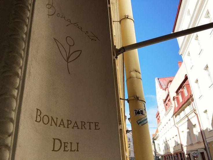 Bonaparte Deli on ranskalaishenkinen kahvila Pikk 47 -osoitteessa Vanhassakaupungissa. Hyvän kahvin lisäksi tarjolla on valikoima virolaisia, ranskalaisia ja italialaisia makeita ja suolaisia herkkuja. Täällä voit kahvilanpitäjältä saada maistiaksi vaikkapa itse tehtyä pestoa tai marenkia. #eckeröline #tallinna #bonapartedeli