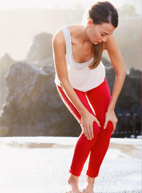 STÄRKT DIE BEINE  SO GEHT'S: Füße und Knie zusammenbringen, in eine leichte Kniebeuge gehen und die Hände locker auf den Oberschenkeln abstützen. Dann mit beiden Knien zusammen rechtsund linksherum kreisen – je Richtung 8-mal.  DAS BRINGT'S: kräftigt die Beine, mobilisiert Knie und Sprunggelenke Sukshma-Yoga      Übung 1 Good Night Yoga Liegender Schmetterling Kalesvara Meditation Rücken an Rücken Ayurveda-Fingerspiel Test welcher-yoga-typ-bin-ich Kissen von Anja Escherich Wickeljacke von…