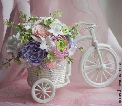 Белый велосипед с нежными цветами. Белый велосипед с пионами, розами, ранункулюсами прекрасный подарок на любой случай. Украсит любой интерьер.